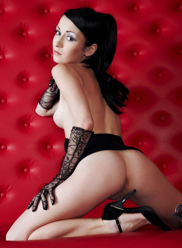 schwarzhaariges-camgirl-in-high-heels-beim-sexcam-strip
